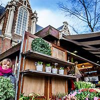Nederland, Amsterdam, 22 december 2016.<br />Geliefde bloemenstal moet dicht door problemen met vergunning.<br />Al zeventien jaar is Thejo's Bloemen een zeer geliefde stal op de Westermarkt. Maar als het aan stadsdeel Centrum ligt, is dat na de kerstdagen voorbij. Na jaren van pachten krijgt eigenaresse Jolanda Evers de vergunning namelijk niet op haar naam gezet, en moet ze de stal sluiten.<br /><br /><br /><br />Foto: Jean-Pierre Jans