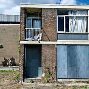 Nederland Rotterdam 04-07-2009 20090704 Foto: David Rozing ..Achterstandswijk Pendrecht Rotterdam zuid, leegstaand pand afgesloten met stalen platen, deprived area / projects pendrecht this area is on a list with projects which need help of the government because of degradation in the area etc., project, suburb, suburbian, problem. Neighboorhood, neighboorhoods, district, city, problems,  daily life Holland, The Netherlands, dutch, Pays Bas, Europe  Holland, The Netherlands, dutch, Pays Bas, Europe, leeg, leegstand, onbewoond, onbewoonde, woning, appartement, etagewoning, vastgoed, toezicht, politie, politiewagen, politietoezicht, moslima's, moslima, overzicht, general view, politieauto..Foto: David Rozing