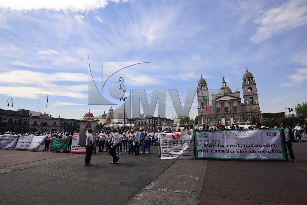 Toluca, México (Mayo 01,2016).- Integrantes del Sindicato de Telefonistas como parte de las actividades del 1º de Mayo Día del Trabajo marcharon hacia Palacio de Gobierno en donde exigieron se respeten sus jornadas laborales, salarios dignos, entre otras cosas.  Agencia MVT / Crisanta Espinosa