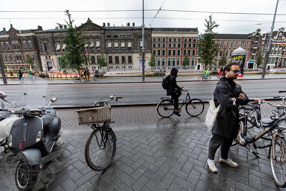 Een fietser rijdt over het Rokin in Amsterdam.<br /> <br /> A cyclist ride at the Rokin in Amsterdam.