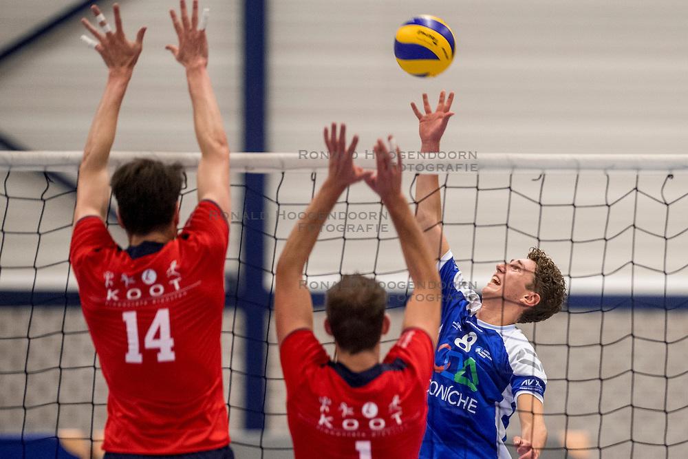 29-10-2016 NED: SV Land Taurus - Coniche Topvolleybal Zwolle, Houten<br /> Taurus wint vrij eenvoudig van Zwolle met 3-0 / Ruben Kerkhof #8 of Coníche Zwolle
