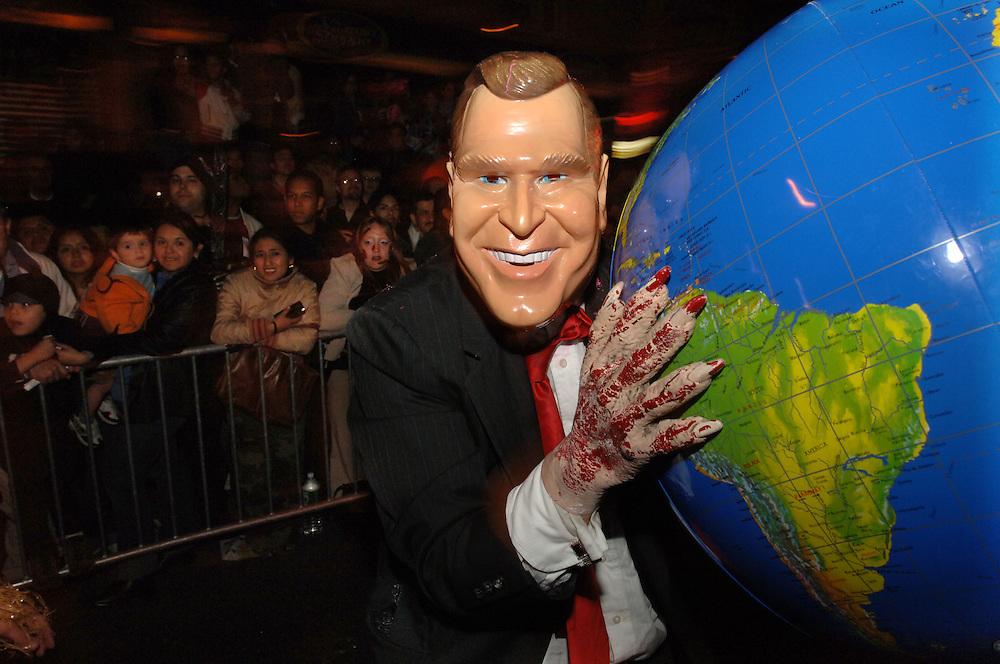 George W Bush mit Weltkugel und Blut an den Haenden auf der 6th Avenue