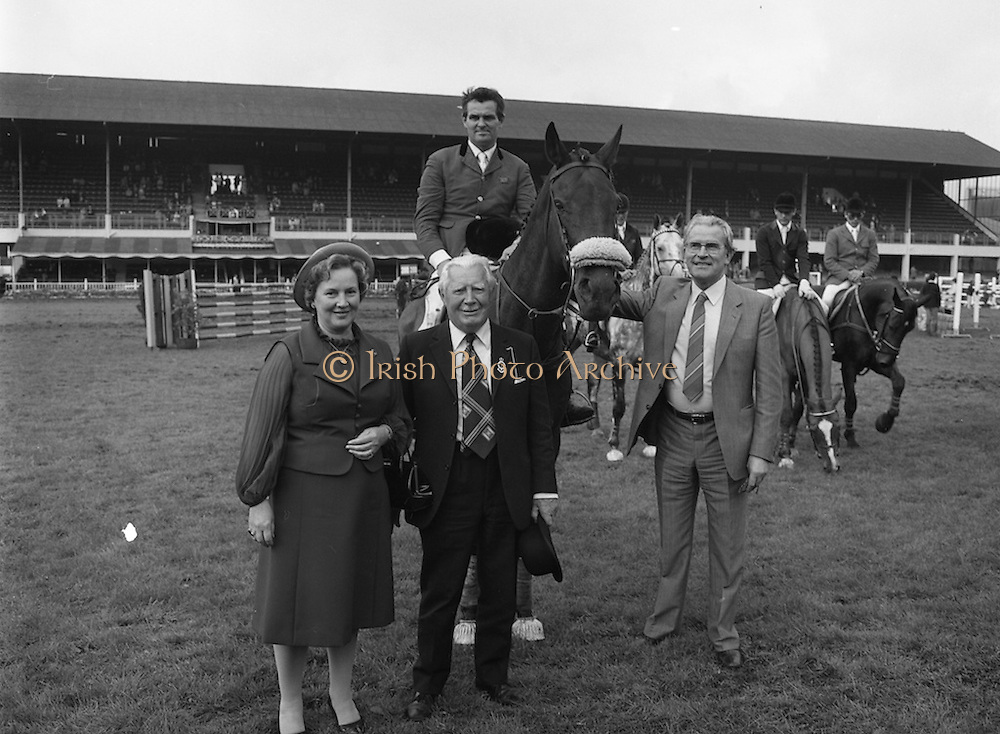 """07/08/1980<br /> 08/07/1980<br /> 07 August 1980<br /> R.D.S. Horse Show: John Player Top Score Competition, Ballsbridge, Dublin.  Harvey Smith (Great Britain) winner, on """"Sanyo Music Centre"""" In front are  Mrs Oliver Casey, wife of the Managing Director John Player, President of the R.D.S. Professor John Carroll and  Oliver Casey, Managing Director, John Player."""