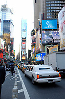 21 NOV 2003, NEW YORK/USA:<br /> Eine Stretch-Limousine auf dem Times Square, Manhatten, New York<br /> IMAGE: 20031121-02-052<br /> KEYWORDS: Reklame, Autos, Verkehr