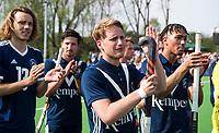 AMSTELVEEN -  Hockey Hoofdklasse heren Pinoke-Amsterdam (3-6).  een geëmotioneerde  Dennis Warmerdam (Pinoke) , die  vanwege kanker en een tumor in zijn arm, zijn hockeycarrière moet beëindigen ,   na afloop van de wedstrijd tegen A'dam.  met Marlon Landbrug (Pinoke) .  links Pieter Sutorius.  COPYRIGHT KOEN SUYK