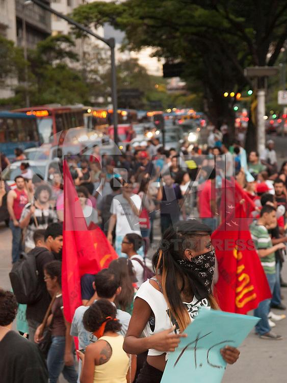 BELO HORIZONTE-MG-15.10.2013 - MANIFESTAÇÃO DE APOIO AOS PROFESSORES - Manifestantes concentraram e fecharam o transito na Praça 7 centro de Belo Horizonte em apoio aos professores do Rio.Na noite desta  terça-feira,15-(Foto: Sergio Falci / Brazil Photo Press)