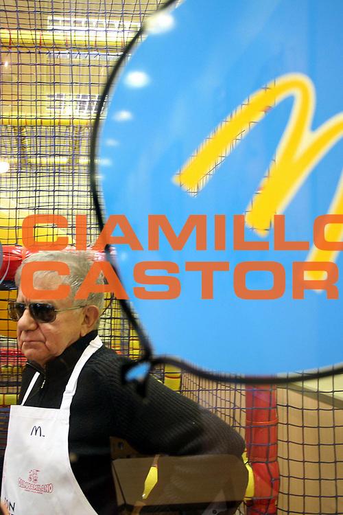 DESCRIZIONE : Milano Lega A1 2006-07 Armani Jeans Milano Mc Donald<br />GIOCATORE : Don Mazzi<br />SQUADRA : Armani Jeans Milano<br />EVENTO : Campionato Lega A1 2006-2007 <br />GARA : Armani Jeans Milano Mc Donald<br />DATA : 08/11/2006 <br />CATEGORIA :  Curiosita<br />SPORT : Pallacanestro <br />AUTORE : Agenzia Ciamillo-Castoria/S.Ceretti
