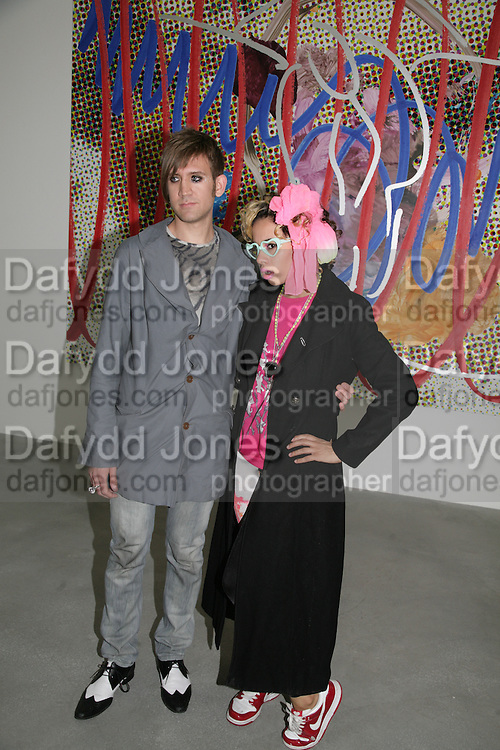Stuart Semple and K-Tron, Jeff Koons: Hulk Elvis. private view. Gagosian Gallery. 18 1une 2007.  -DO NOT ARCHIVE-© Copyright Photograph by Dafydd Jones. 248 Clapham Rd. London SW9 0PZ. Tel 0207 820 0771. www.dafjones.com.