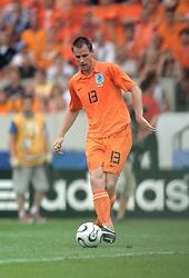 16-06-2006 VOETBAL: FIFA WORLD CUP: NEDERLAND - IVOORKUST: STUTTGART <br /> Oranje won in Stuttgart ook de tweede groepswedstrijd. Nederland versloeg Ivoorkust met 2-1 / Andre Ooijer<br /> ©2006-WWW.FOTOHOOGENDOORN.NL