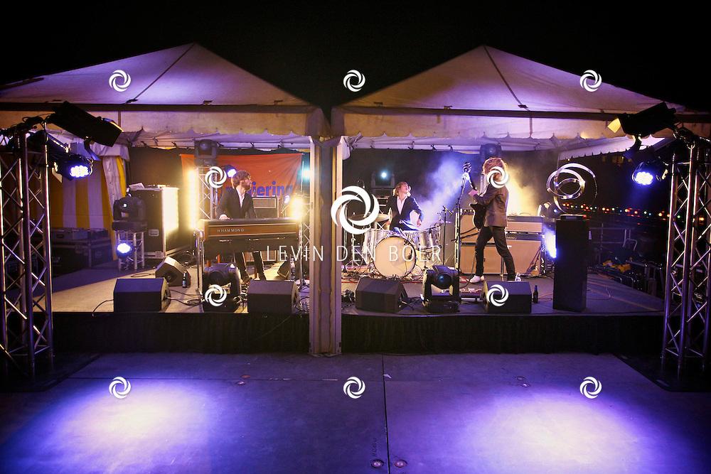 KERKDRIEL - Op het 20 jarig bestaan van Paul Meijering Stainless Steel bedrijfsfeest trad de band DeWolff op. Met op de foto de broers Pablo en Luka van de Poel en Robin Piso. FOTO LEVIN DEN BOER - PERSFOTO.NU