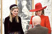 "Staatsbezoek aan Nederland van Zijne Majesteit Koning Filip der Belgen vergezeld door Hare Majesteit Koningin <br /> Mathilde aan Nederland.<br /> <br /> State Visit to the Netherlands of His Majesty King of the Belgians Filip accompanied by Her Majesty Queen<br /> Mathilde Netherlands<br /> <br /> op de foto / On the photo: Bezoek van Koningin Maxima en Koningin Mathilde aan de tentoonstelling Pierre Alechinsky 'Post Cobra' tijdens het driedaags staatsbezoek van het Belgische koningspaar. //// Visit of Queen Maxima and Queen Mathilde of the exhibition Pierre Alechinsky 'Post Cobra ""during the three-day state visit of the Belgian royal couple."