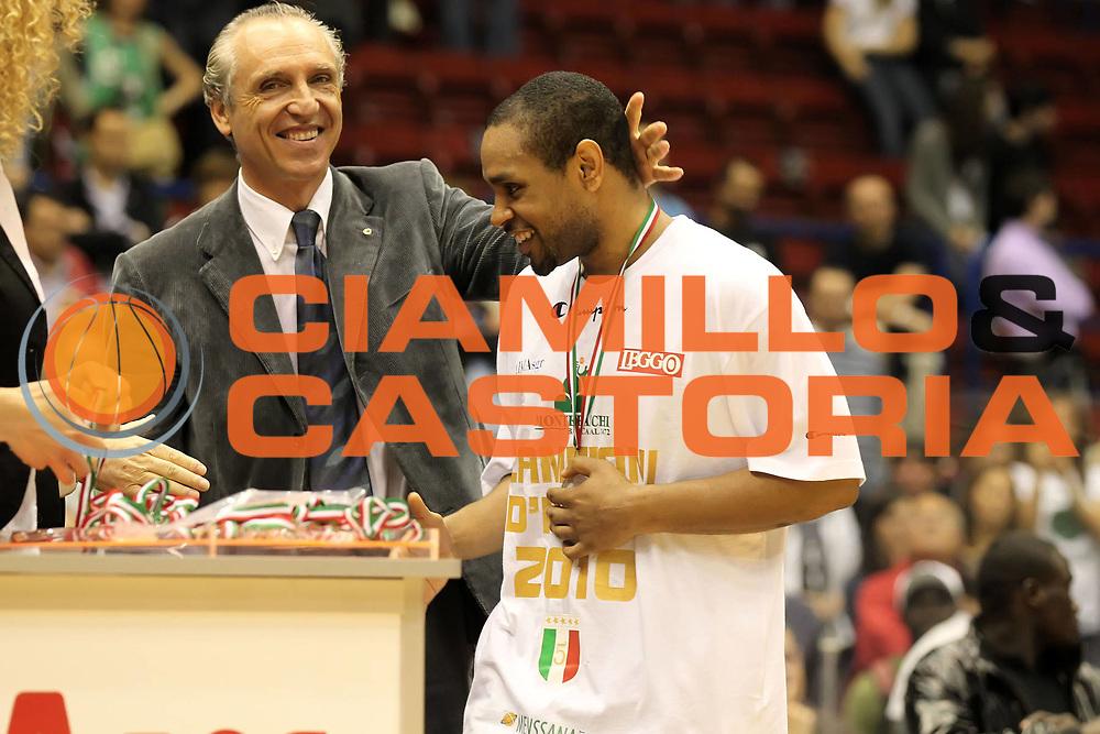 DESCRIZIONE : Milano Lega A 2009-10 Playoff Finale Gara 4 Armani Jeans Milano Montepaschi Siena<br /> GIOCATORE : Terrell Mc Intyre Ferdinando Minucci<br /> SQUADRA : Montepaschi Siena<br /> EVENTO : Campionato Lega A 2009-2010 <br /> GARA : Armani Jeans Milano Montepaschi Siena<br /> DATA : 19/06/2010<br /> CATEGORIA : MVP award premiazione coppa<br /> SPORT : Pallacanestro <br /> AUTORE : Agenzia Ciamillo-Castoria/ElioCastoria<br /> Galleria : Lega Basket A 2009-2010 <br /> Fotonotizia : Milano Lega A 2009-10 Playoff Finale Gara 4 Armani Jeans Milano Montepaschi Siena<br /> Predefinita :