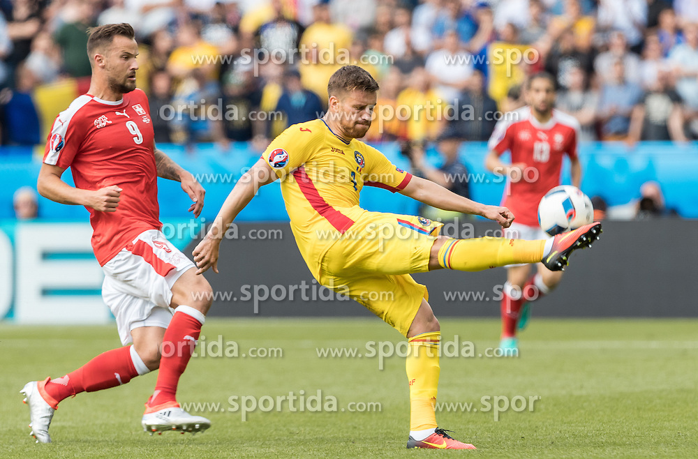 15.06.2016, Parc de Princes, Paris, FRA, UEFA Euro, Frankreich, Rumaenien vs Schweiz, Gruppe A, im Bild Haris Seferovic (SUI), Mihai Pintilii (ROU) // Haris Seferovic (SUI) Mihai Pintilii (ROU) during Group A match between Romania and Switzerland of the UEFA EURO 2016 France at the Parc de Princes in Paris, France on 2016/06/15. EXPA Pictures © 2016, PhotoCredit: EXPA/ JFK