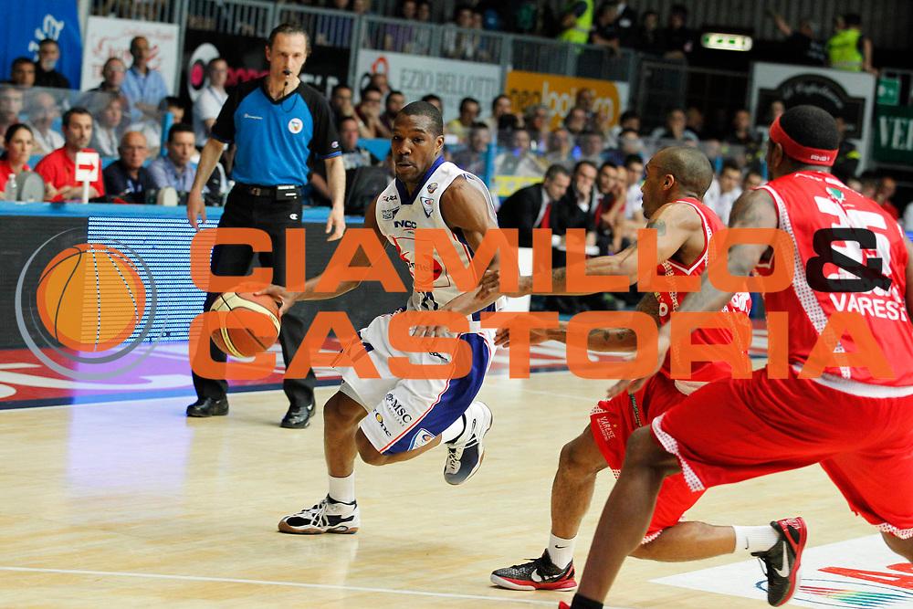 DESCRIZIONE : Cantu Lega A 2010-11 Quarti di finale Play off Gara 2 Bennet Cantu Cimberio Varese<br /> GIOCATORE : Mike Green<br /> SQUADRA : Bennet Cantu<br /> EVENTO : Campionato Lega A 2010-2011<br /> GARA : Bennet Cantu Cimberio Varese<br /> DATA : 20/05/2011<br /> CATEGORIA : Palleggio<br /> SPORT : Pallacanestro<br /> AUTORE : Agenzia Ciamillo-Castoria/G.Cottini<br /> Galleria : Lega Basket A 2010-2011<br /> Fotonotizia : Cantu Lega A 2010-11 Quarti di finale Play off Gara 2 Bennet Cantu Cimberio Varese<br /> Predefinita :