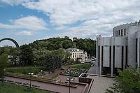 Тестовый кадр камерой Pentax K-1. Вид с Владимирской горки на Украинский Дом и Арку Дружбы Народов. Функция Pixel Shift Resolution отключена.