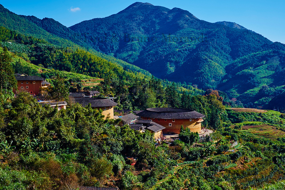 """Chine, Province du Fujian, village de Tian Luokeng, maison forteresse en terre et en bois où logent les membres d'une meme famille de l'ethnie Hakka, inscrit au patrimoine mondial de l'Unesco // China, Fujian province, Tian Luokeng village, Tulou mud house. well known as the Hakka Tulou region, in Fujian. In 2008, UNESCO granted the Tulou """"Apartments"""" World Heritage Status, siting the buildings as exceptional examples of a building tradition and function exemplifying a particular type of communal living and defensive organization. The Fujian Tulou is """"the most extraordinary type of Chinese rural dwellings"""" of the Hakka minority group and other people in the mountainous areas in southwestern Fujian."""