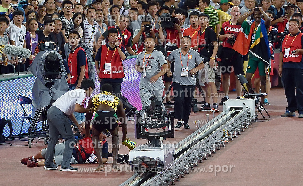 27-08-2015 CHN: IAAF World Championships Athletics day 6, Beijing<br /> Usain Bolt won with time 19.55s at 200 m Men, felt hit by a cameraman during celebration
