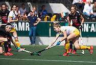 AMSTELVEEN -  Maartje Krekelaar (Den Bosch)  met links Eva de Goede (A'dam) ,  tijdens  de finale van de play-offs om de landstitel in het Wagener-stadion, tussen Amsterdam en Den Bosch (1-4).   COPYRIGHT  KOEN SUYK