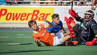 UTRECHT - Florian Fuchs (Bldaal) met Sander de Wijn (Kampong) en keeper David Harte (Kampong)    tijdens de hoofdklasse competitiewedstrijd mannen, Kampong-Bloemendaal (2-2) . ) . COPYRIGHT KOEN SUYK