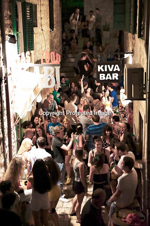 La nuit les bars et les ruelles se remplissent et la fête bas son plein pour le plus grand bonheur d'une jeunesse branchée qui vient des quatre coin du monde