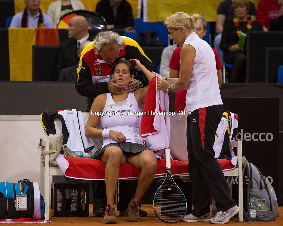 Fed Cup GER-UKR, Deutschland - Ukraine, <br /> Porsche Arena, Stuttgart, <br />  JULIA GOERGES(GER) ist gestuerzt und wird von Dr. Ulf Blecker behandelt.