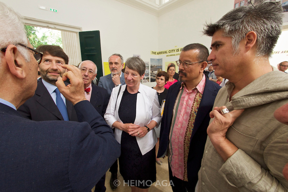 "Venice, Italy - 15th Architecture Biennale 2016, ""Reporting from the Front"".<br /> Giardini.<br /> German Pavilion. MAKING HEIMAT. Germany, Arrival Country. Opening with German Minister of Construction, Mrs. Barbara Hendricks (white jacket), here with Biennale President Paolo Baratta (l.), Commissioner Peter Cachola Schmal (2nd from r.) and Architecture Biennale 2016 Director Alejandro Aravena (r.)."