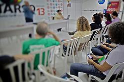 Apoiadores da candidata presidencial brasileira pelo Partido dos Trabalhadores (PT), Dilma Rousseff, recebem uma aula sobre como usar o Twitter e outras ferramentas da internet para divulgar informações sobre o candidato em Porto Alegre, sul do Brasil, em 15 de outubro de 2010. Dilma Rousseff e José Serra, do Partido Social Democrata Brasileiro (PSDB), se enfrentarão em 31 de outubro no segundo turno da eleição. FOTO: Jefferson Bernardes/Preview.com