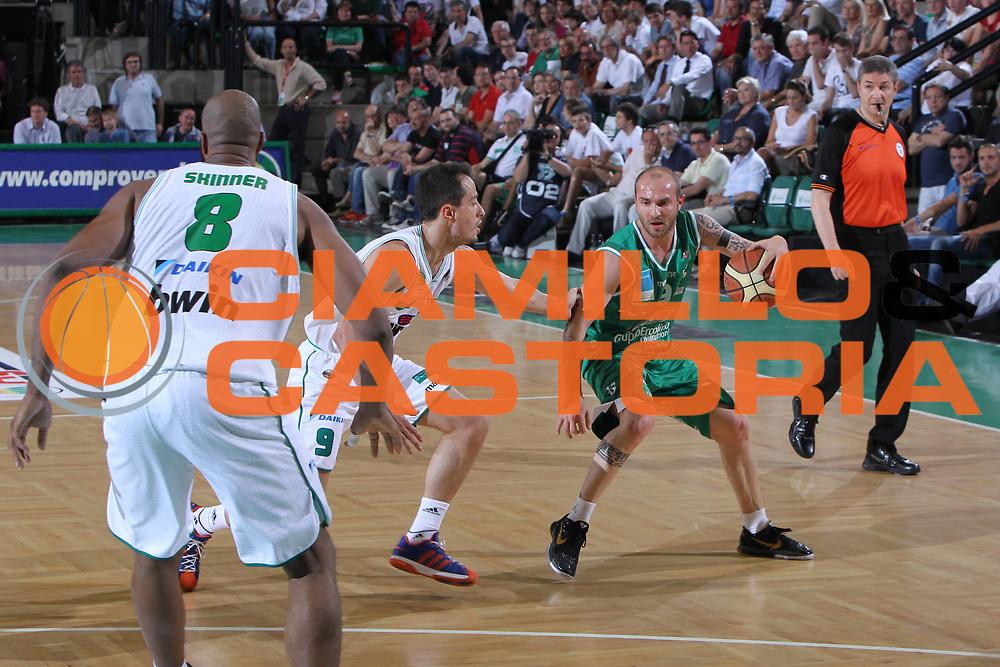 DESCRIZIONE : Treviso Lega A 2010-11 Quarti di Finale Play Off Gara 4 Benetton Treviso Air Avellino<br /> GIOCATORE : Valerio Spinelli<br /> SQUADRA : Benetton Treviso Air Avellino<br /> EVENTO : Campionato Lega A 2010-2011 <br /> GARA : Benetton Treviso Air Avellino<br /> DATA : 25/05/2011<br /> CATEGORIA : Palleggio<br /> SPORT : Pallacanestro <br /> AUTORE : Agenzia Ciamillo-Castoria/G.Contessa<br /> Galleria : Lega Basket A 2010-2011 <br /> Fotonotizia : Treviso Lega A 2010-11 Quarti di Finale Play Off Gara 4 Benetton Treviso Air Avellino<br /> Predfinita :