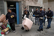 Roma    9 Novembre 2004   .Sgombero  di uno stabile  occupato da senza casa in via Vercelli da parte della polizia..Rome November 9, 2004.The evacuation of a building occupied by homeless street Vercelli by the police...