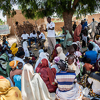 11/10/2012. Village de Kada, commune de Gangara, departement de Tanout. Niger.  Projet Nutrition à Assise Communautaire (NAC). Scène de sensibilisation PFE. Crédits: CRF/Sylvain Cherkaoui