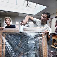 Nederland, Amsterdam , 26 juni 2014.<br /> Het werk van tekenaar en kunstschilder Sam Drukker wordt ingepakt voor een tentoonstelling in het Buitenland.<br /> ONKOSTEN: parkeerautomaat € 3,00<br /> Reiskosten: 30 km x € 0,19= € 5,70<br /> Totaal:  € 8,70<br /> Foto:Jean-Pierre Jans