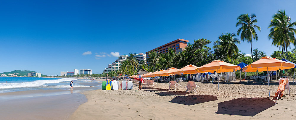 Beach at the resort town of Ixtapa, naer Zihuatanejo, Mexico