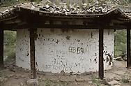 Mongolia. destroyed monastery and ermit  Huggnhan       / monastere  HOID HUUTCHIN en ruine. Mongolie Détail d'un des deux pavillons du monastère Construit à la fin du XIXème siècle, le temple ne sut pas résister aux guerres intestines et au vandalisme post-révolutionnaire. L'un des deux pavillons, en forme de yourte, est dans un état de ruine avancé. Il porte les cicatrices laissées par les visiteurs de passage, désireux de d'inscrire leur nom à la postérité. (Sum de GURVANBULAG, dans l'aïmag de BULGAN,  / R87/81    L920731b  /  P0007357