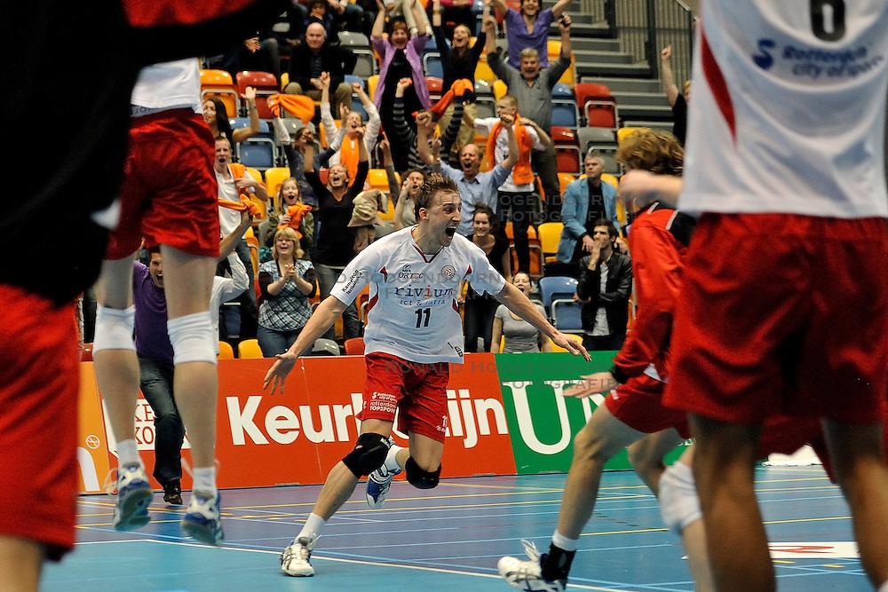 02-04-2011 VOLLEYBAL: SEMI FINAL DRAISMAAPELDOORN - RIVIUM ROTTERDAM: APELDOORN<br /> Rotterdam wint de 3de wedstrijd in de playoffs en plaatst zich voor de finale / Robin Overbeeke<br /> &copy;2011 Ronald Hoogendoorn Photography