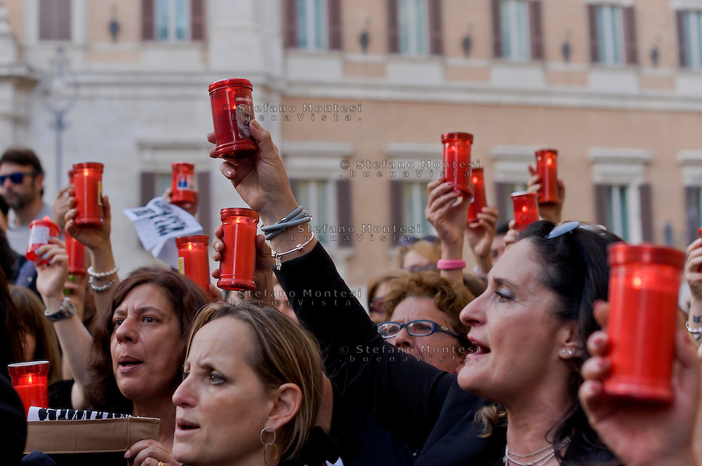 Roma 4 Maggio 2015<br /> Docenti delle scuole statali  hanno acceso  i lumini  in segno di lutto davanti Montecitorio contro la riforma della scuola del governo Renzi soprannominata 'La Buona Scuola&quot;, gli insegnanti accusano il governo di agevolare la privatizzazione dell'istruzione.<br /> Rome May 4, 2015<br /> State school teachers have lit the candles in mourning in front of Montecitorio against Renzi's school reform dubbed 'The Good School' teachers accuse of facilitating the privatisation of education.