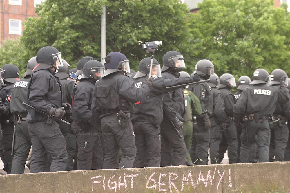Mehrere zehntausend Globalisierungsgegner demonstrierten in Rostock gegen den nächste Woche stattfindenden G8-Gipfel in Heiligendamm. Noch vor dem Beginn der Abschlußkundgebung kam es zu schweren Auseinandersetzungen zwischen der Polizei und Dmeonstranten. Wasserwerfer und Tränengas wurden gegen Demonstranten eingesetzt. Ein Auto brannte und Seine flogen. Zahlreiche Menschen wurden dabei verletzt. Serveral tenthousands Anti-Globalisation protesters demonstrate in Rostock against the G8 Summit in Heiligendamm. During the Demsonstration heavy riots between protesters and policemen took place near the Rostock port. A car burned down and stones were thrown. Serveral people became injured.