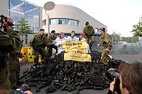 03 JUL 2007, BERLIN/GERMANY:<br /> Die Polizei räumt demonstrierende Mitglieder von Greenpeace aus der Haupteinfahrt des Kanzleramtes waehrend dem Energiepolitischen Spitzengespraech, Energiegipfel, Bundeskanzleramt<br /> IMAGE: 20070603-01-043<br /> KEYWORDS: Demo, Demonstration, Kohle, Atomkraft, Blockade, blockieren, Zufahrt, Einfahrt