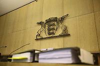 Mannheim. 01.03.17   BILD- ID 115  <br /> Unter hohe Sicherheitsvorkehrungen beginnt heute morgen am Landgericht der Prozess gegen einen 57-j&auml;hrigem Mann aus der T&uuml;rkei. Die Staatsanwaltschaft wirft ihm versuchten Mord vor. Er soll im Juni vergangenen Jahres in der Fahrlachstra&szlig;e f&uuml;nf Sch&uuml;sse auf einen Landsmann abgegeben haben. Die Hinterr&uuml;nde der Tat sind bisher weithin ungekl&auml;rt. Es k&ouml;nnten aber politische Interessen eine Rolle spielen. Der Mann auf den geschossen worden war, tritt bei dem Prozess als Nebenkl&auml;ger auf. Er soll ein Anh&auml;ner des t&uuml;rkischen Ministerpr&auml;sidenten Recep Tayyip Erdoğan sein. Der Angeklagte, so beschreibt es sein Verteidiger Stefan Alleier, geh&ouml;re keiner politischen Gruppierung an, er sei aber am Tattag nach Deutschland gereist, um einen Streit zwischen zerstrittenen Parteien zu schlichten. Geschossen habe sein Mandant erst dann, als er von seinem Gegen&uuml;ber angegriffen worden sei.<br /> Nach der Verlesung der Anklage durch die Staatsanwaltschaft, m&ouml;chte sich der Angeklagte mit einer ausf&uuml;hrlichen Erkl&auml;rung zum Tathergang &auml;u&szlig;ern. Der Beginn des Prozesses ist um 9 Uhr geplant.<br /> Bild: Markus Prosswitz 01MAR17 / masterpress (Bild ist honorarpflichtig - No Model Release!)