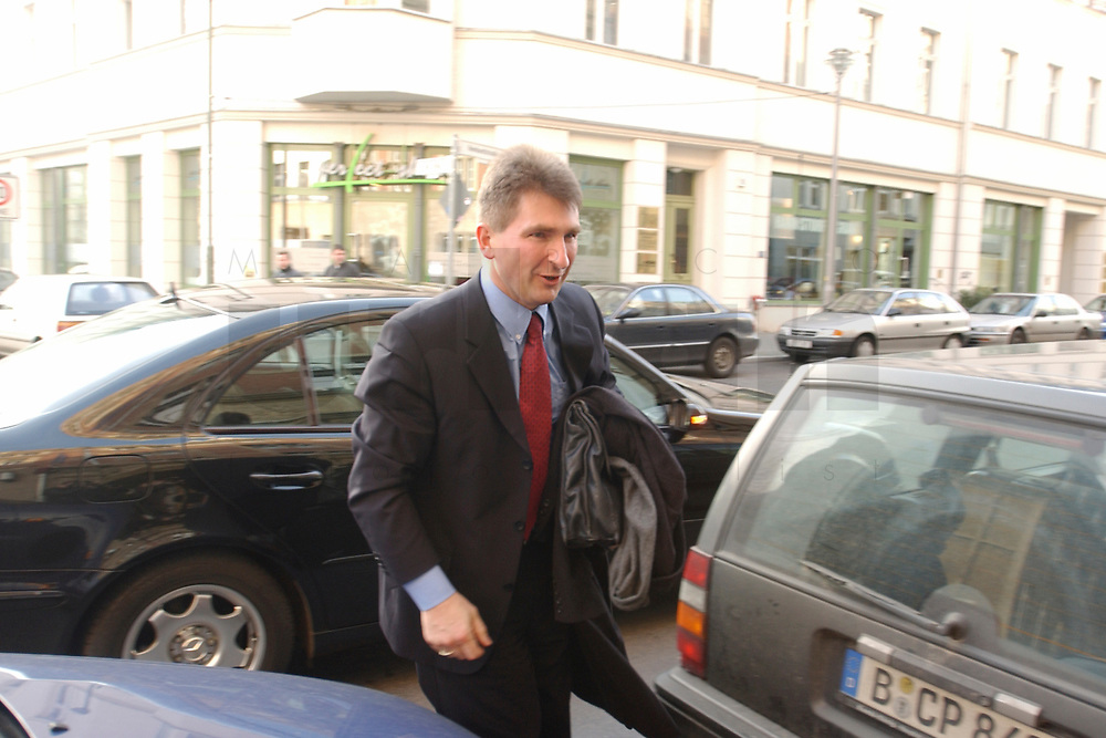02 DEC 2002, BERLIN/GERMANY:<br /> Andreas Pinkwart, FDP Landesvorsitzender NRW, auf dem Weg zur Sitzung FDP Bundesvorstand, Thomas-Dehler-Haus<br /> IMAGE: 20021202-01-024