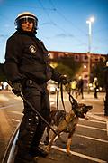 ME in actie tijdens rellen in het Haagse Laakkwartier na een verloren voetbalwedstrijd tegen Duitsland.