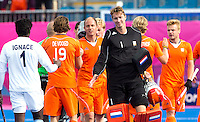 LONDEN - Jaap Stockmann (m) en Teun de Nooijer (l)  en rechts Mink van der Weerden ,maandag in de hockey wedstrijd tussen de mannen van Nederland en India tijdens de Olympische Spelen in Londen .ANP KOEN SUYK