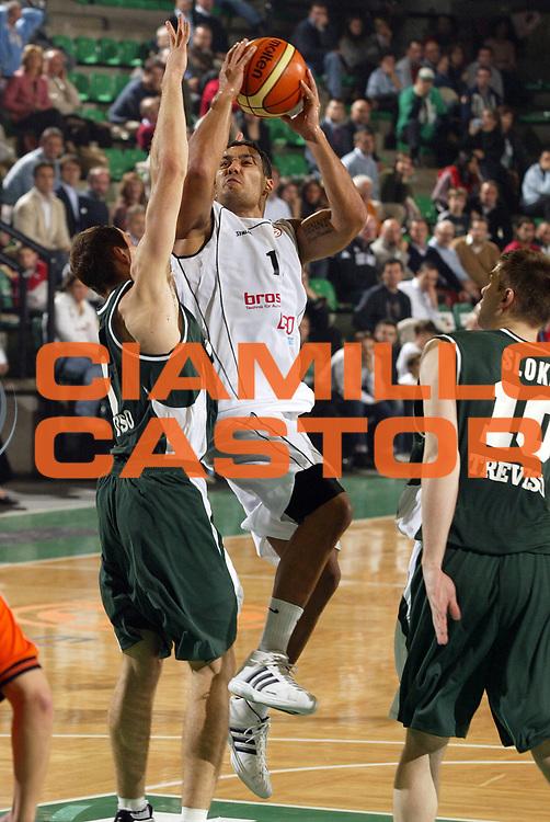 DESCRIZIONE : Treviso Eurolega 2005-06 Benetton Treviso Ghp Bamberg <br /> GIOCATORE : Garrett <br /> SQUADRA : Ghp Bamberg <br /> EVENTO : Eurolega 2005-2006 <br /> GARA : Benetton Treviso Ghp Bamberg <br /> DATA : 03/11/2005 <br /> CATEGORIA : Tiro <br /> SPORT : Pallacanestro <br /> AUTORE : Agenzia Ciamillo-Castoria/E.Pozzo <br /> Galleria : Eurolega 2005-2006 <br /> Fotonotizia : Treviso Eurolega 2005-2006 Benetton Treviso Ghp Bamberg <br /> Predefinita :
