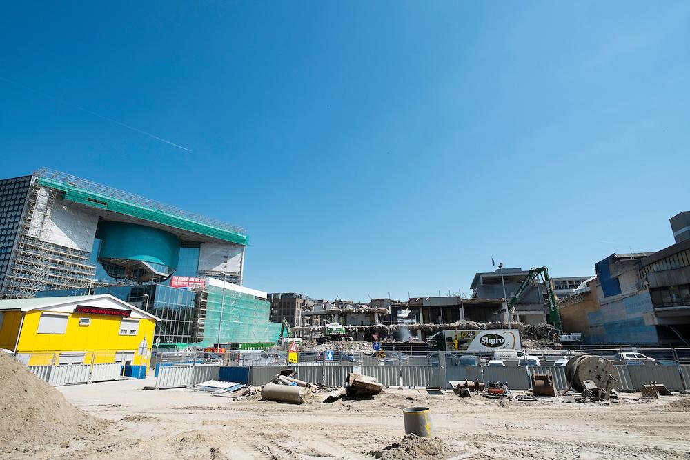 In Utrecht wordt een oud deel van Hoog Catherijne gesloopt en tegelijk het nieuwe Muziektheater opgebouwd en gewerkt aan de aanleg van de bak waarin het water van de Catherijnesingel gaat lopen.<br /> <br /> In Utrecht an old part of Hoog Catherijne is demolished while the new Muziektheater is build and the container in which the water of the Singel Catherijne starts running in 2030 is constructed.