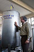 Foto di Donato Fasano Photoagency, nella foto : 13 07 2009 Bari Fluidotecnica zona industriale inventori della macchina che scinde l'olio dall'acqua nella foto michele sanseverinovicino alla macchina che scinde l'olio dall'accqua