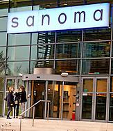 HOOFDDORP - Bij de Nederlandse tak van Sanoma Media zullen zeker 500 banen zullen verdwijnen. Ook zullen tientallen tijdschrifttitels van de hand gedaan worden. Sanoma werknemers staan voor het  hoofdkantoor voor mededeling schrappen titels  COPYRIGHT ROBIN UTRECHT