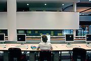 Nederland, Nijmegen, 9-3-2006..Studente in de bibliotheek, studiecentrum van de hogeschool Arnhem Nijmegen, HAN. Werkcollege. Hoger onderwijs. Zelfstudie, research mbv computer...Kleinschalig, werkgroep...Foto: Flip Franssen/Hollandse Hoogte