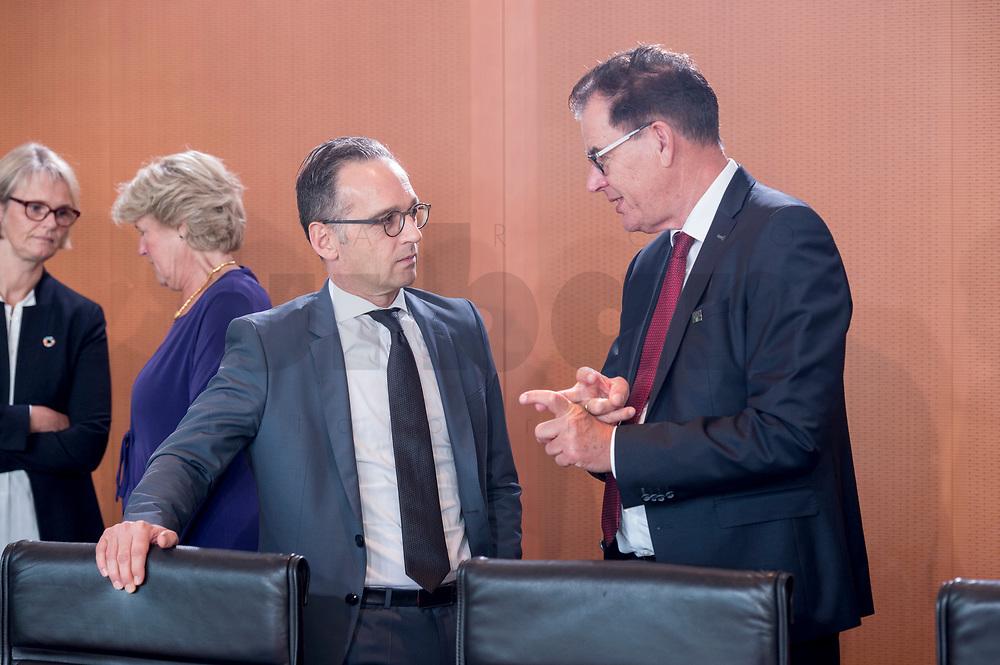 18 SEP 2019, BERLIN/GERMANY:<br /> Heiko Maas (L), SPD, Bundesaussenminister, und Gerd Mueller (R), CSU, Bundesentwicklungshilfeminister, im Gespraech, vor Beginn der Kabinettsitzung, Bundeskanzleramt<br /> IMAGE: 20190918-01-013<br /> KEYWORDS: Sitzung, Kabinett, Gespräch, Gerd Müller