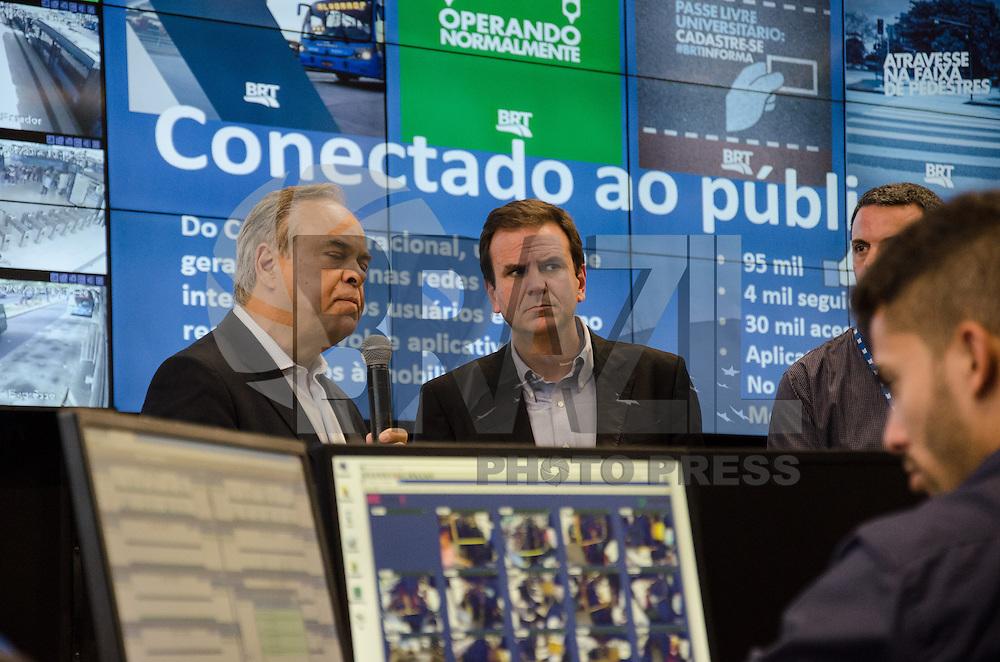 SAO PAULO, SP, 23.05.2014 - CCO - BRT TERMINAL ALVORADA - EDUARDO PAES - O prefeito do Rio de Janeiro Eduardo Paes inaugura o novo Centro de Controle Operacional (CCO) do BRT Rio, no Terminal Alvorada em Jacarepagua no Rio de Janeiro, nesta sexta-feira, 23. Operadopelo Consórcio BRT,o CCO seráresponsável por toda a operação, monitoramento e planejamento dos corredores Transoeste, Transcarioca,que será inaugurado no próximo dia 1º, e dos futuros corredoresTransolímpica e Transbrasil. A sala de controle fica numa área de 1,3 mil m² e funcionará com60 telões de alta resolução com capacidade de ampliação para 100. (Foto: Tércio Teixeira / Brazil Photo Press).