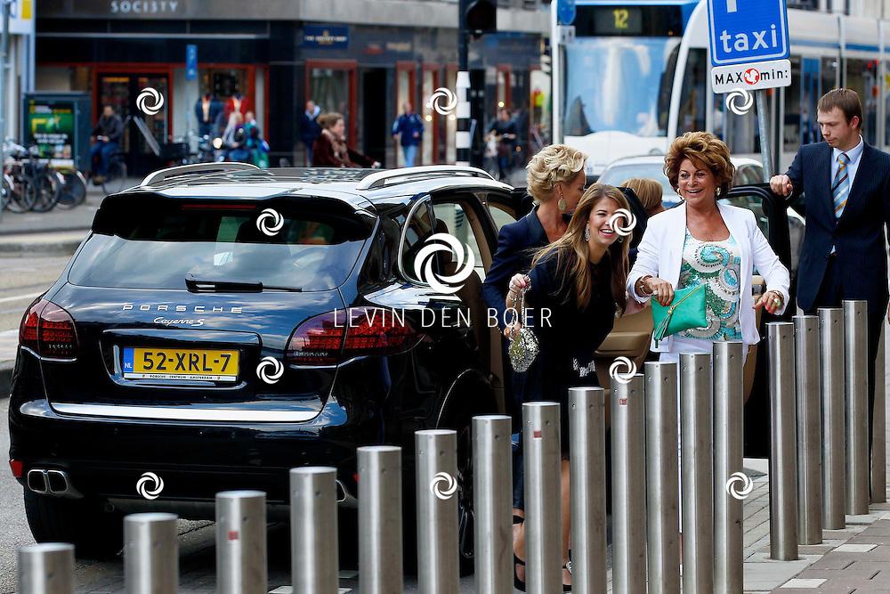 AMSTERDAM - In het Conservatorium Hotel vierde Leco Zadelhoff zijn 45ste verjaardag. Met op de foto  Christine Kroonenberg (in het wit) met vriendinnen. FOTO LEVIN DEN BOER  - PERSFOTO.NU