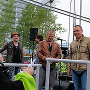 NLD/Almere/20120531 - Concert Racoon in the Sky, Burgemeester Annemarie Jorritsma spreekt de heren van Racoon toe